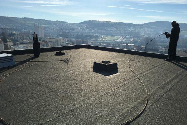 Limpeza da conduta geral da cozinha pelo telhado