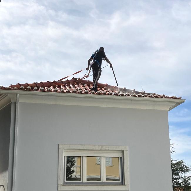 Limpeza de telhados com máquina de pressão